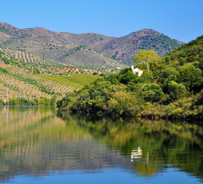 Maison blanche au miroir de l'eau - rivière de Douro photographie stock libre de droits