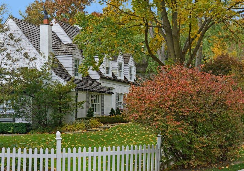 Maison blanche avec des pignons et des lucarnes photos stock