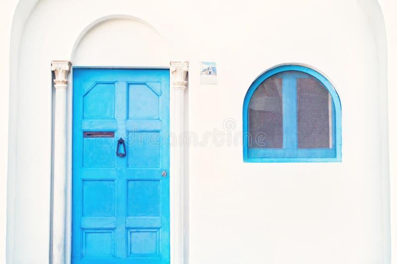 Maison blanche avec la porte bleue et fenêtre dans le style classique photos libres de droits