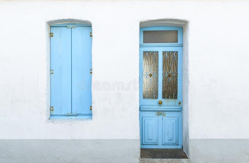 Maison blanche avec les volets et la porte bleus photos stock