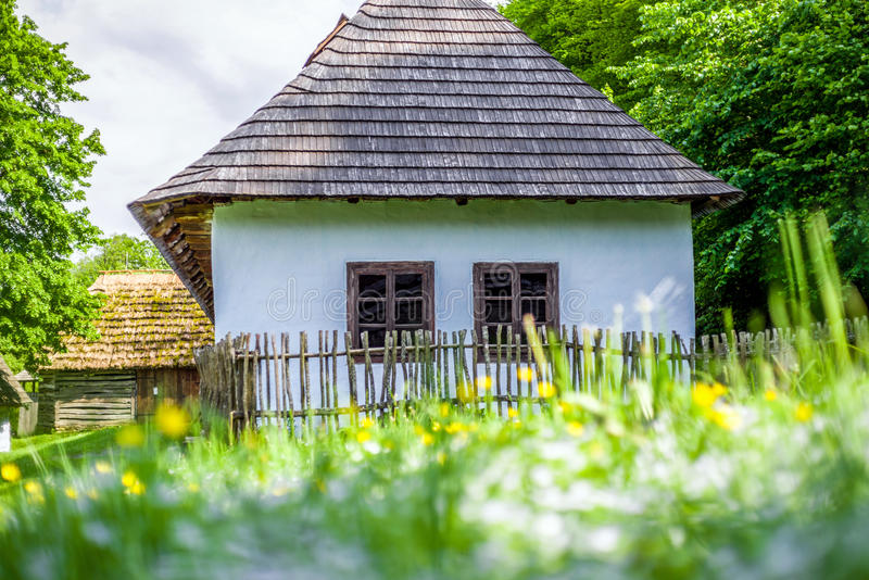 Maison bleue dans des saris musée, Slovaquie image libre de droits