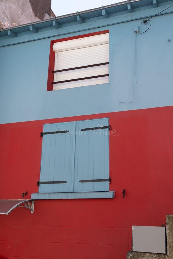 Maison bleue et rouge dans le village typique de Trentemoult dans la côte France de la Bretagne photo libre de droits
