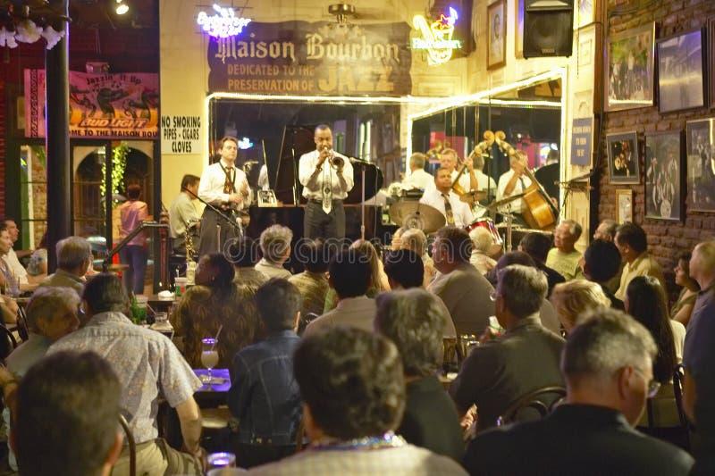 Maison Bourbon Jazz Club con la banda di Dixieland e giocatore di tromba che esegue alla notte nel quartiere francese a New Orlea fotografia stock