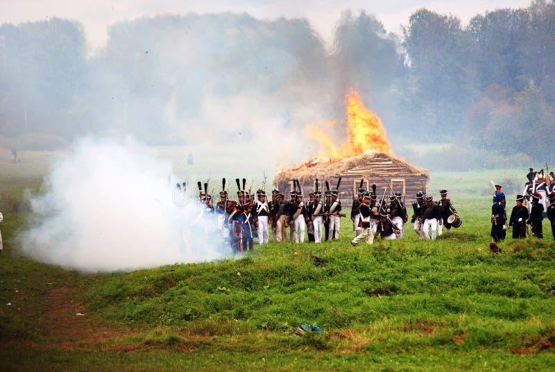 Maison brûlante à la reconstitution historique de bataille de Borodino en Russie photo stock