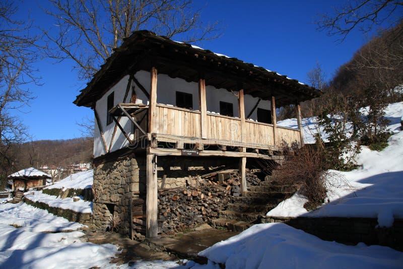 Maison bulgare traditionnelle pendant l'hiver, Etar, Gabrovo, Bulgarie images stock