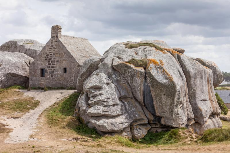 Maison buliding en pierre de Meneham en Bretagne, France photos stock