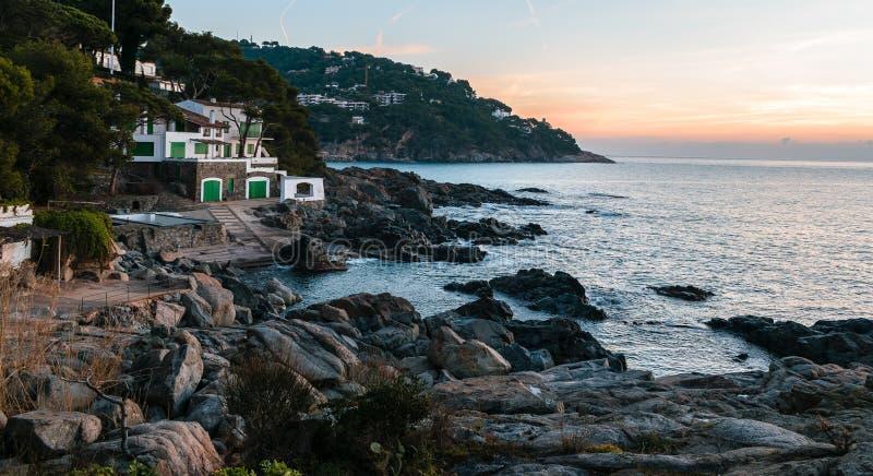 Maison côtière gentille au lever de soleil photographie stock