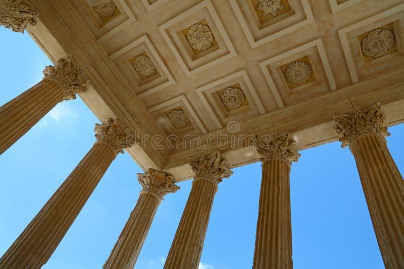 Maison Carree, античный римский висок над голубым небом стоковое изображение