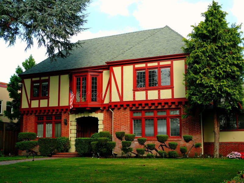 Maison coloniale avec les faisceaux rouges image stock