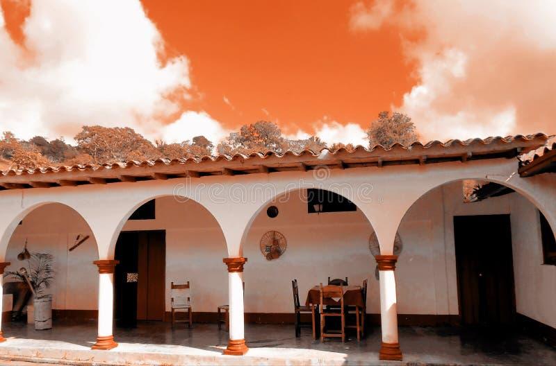 Maison coloniale de style avec des tons oranges photographie stock libre de droits