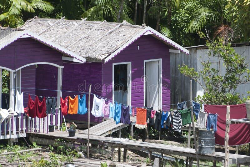 Maison colorée avec la blanchisserie photo stock