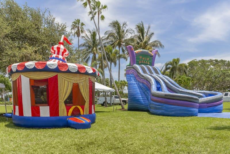 Maison colorée de rebond de belvédère de cru la petite gonflée à côté enfants gonflés de grands par Twin Falls bleus glissent et  photos stock