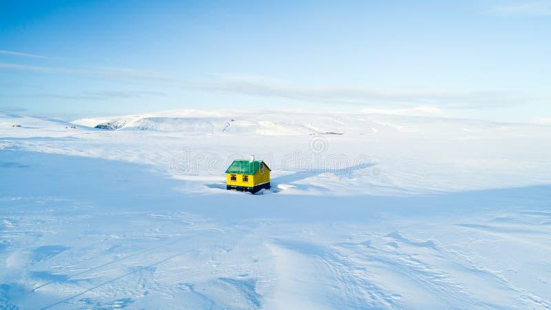 Maison colorée isolée au milieu de nulle part en ciel bleu de neige blanche de l'Islande d'hiver photo libre de droits