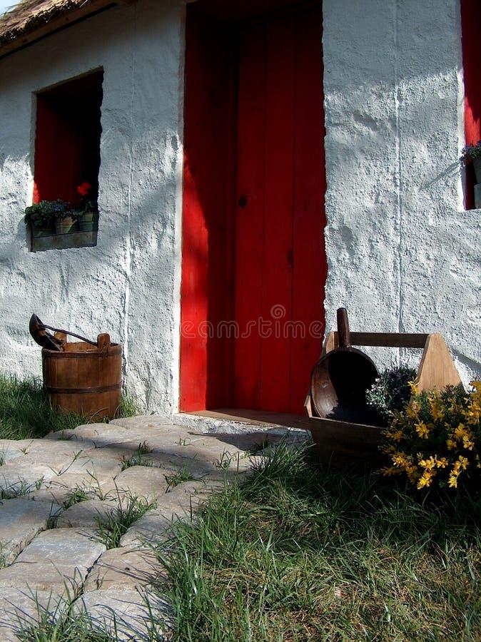 Maison confortable avec la trappe rouge photographie stock libre de droits