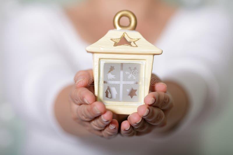 Maison confortable dans des mains image stock