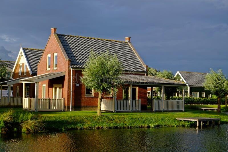Maison confortable de vacances au lac par crépuscule image stock