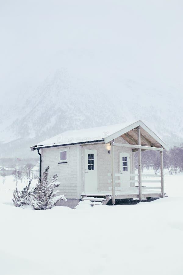 Maison confortable en hiver dans les montagnes photo libre de droits