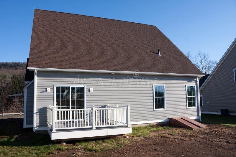 Maison construite neuve avec le porche image stock