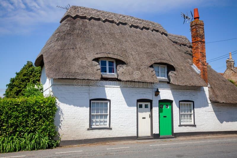 Maison couverte de chaume anglaise blanche traditionnelle en Angleterre du sud R-U photos stock