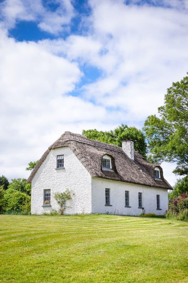 Maison couverte de chaume en Irlande photo stock