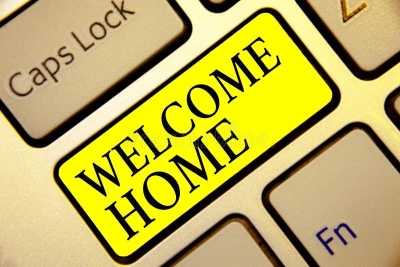 Maison d'accueil d'apparence de signe des textes Intention conceptuelle de clé de jaune de clavier d'entrée de natte de domicile  photo stock