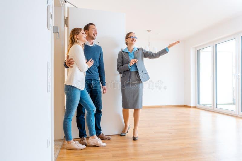 Maison d'apparence d'agent immobilier à un jeune couple images libres de droits