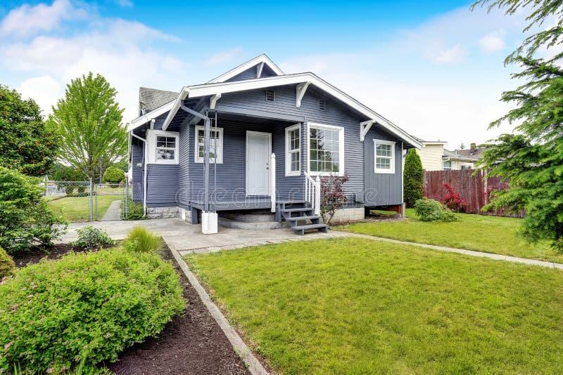 Maison d'arrière-cour avec l'équilibre de voie de garage, porche en bois de plancher, passage couvert concret image libre de droits
