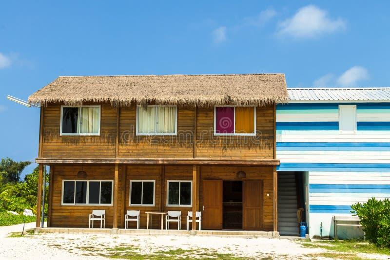 Maison d'hôtes à deux étages en bois, atoll de Kaafu, île de Kuda Huraa, Maldive image stock