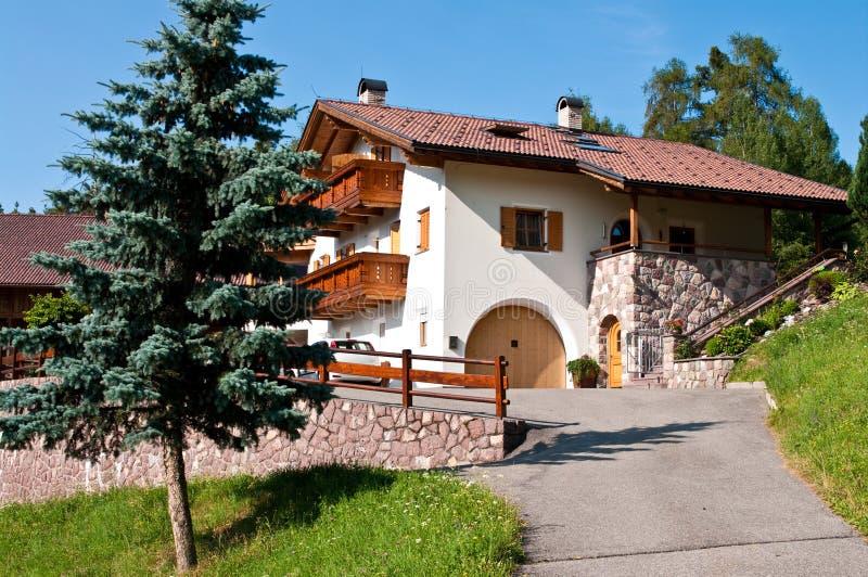 Maison d'hôtes dans les Alpes italiens photographie stock libre de droits