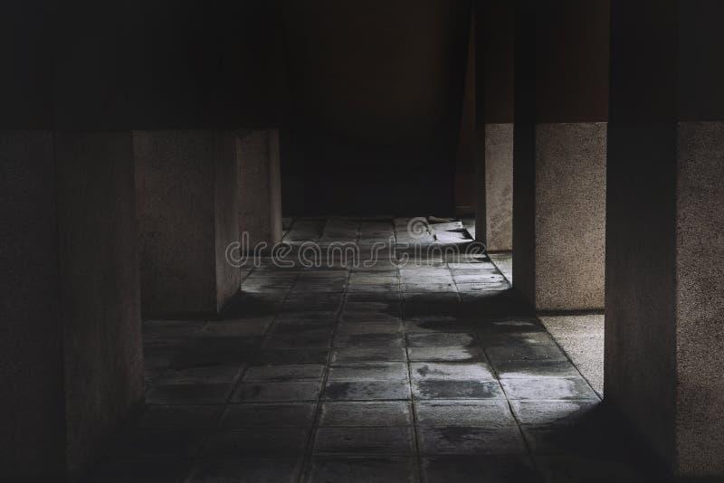 Maison d'horreur de scène effrayante après les morts et le plancher Halloween de passage couvert de maison de ruine de meurtre photographie stock