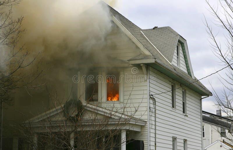 Maison d'incendie image stock