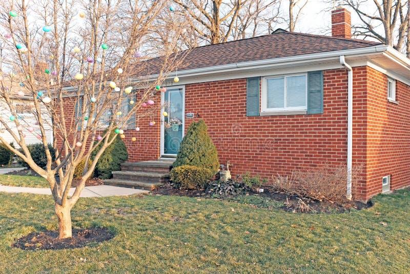 Maison dans Willowick, Ohio avec un arbre couvert en oeufs de pâques en plastique pour les vacances de Pâques photos stock