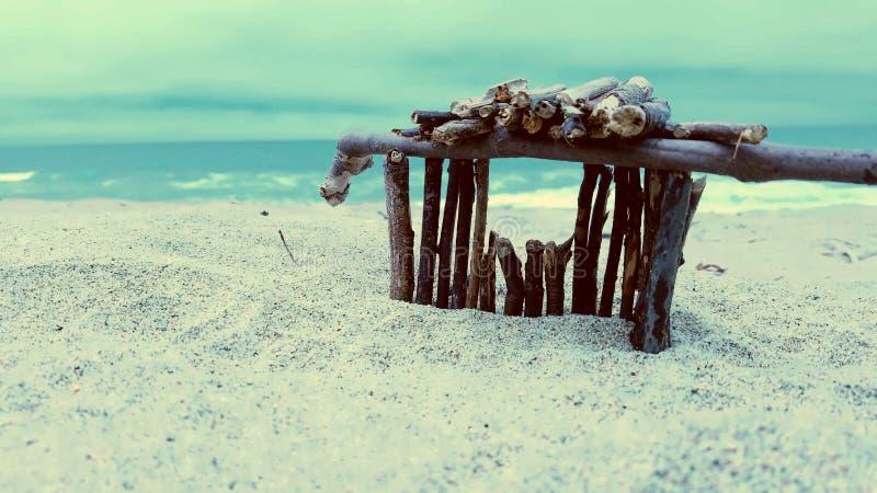 Maison de bâton au-dessus de sembler l'océan pacifique photographie stock
