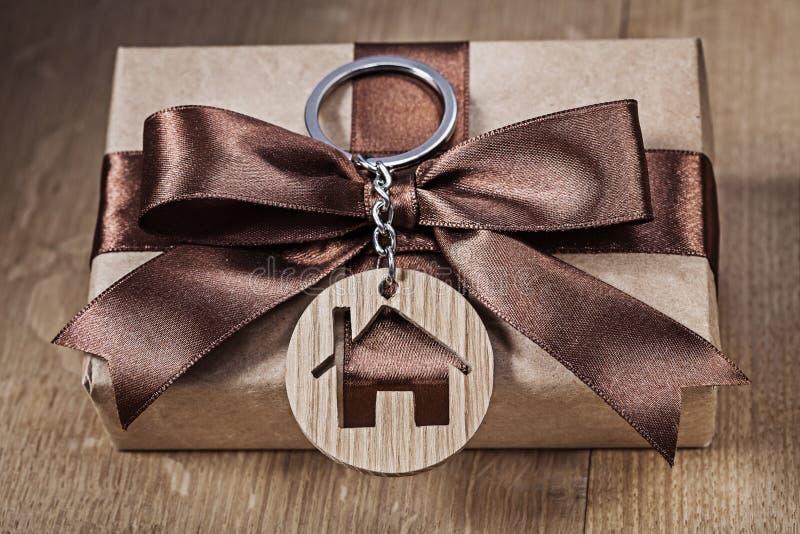 Maison de bibelot sur le boîte-cadeau de cru image libre de droits