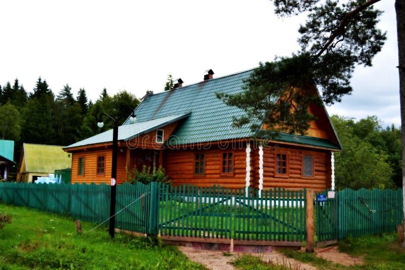Maison de bois de construction photographie stock libre de droits