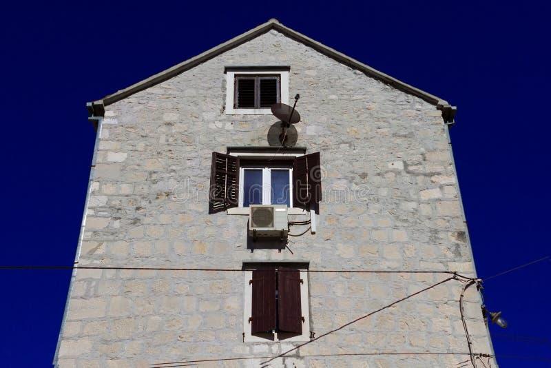Download Maison De Brique Avec La Fenêtre Ouverte Contre Le Ciel Bleu Photo  Stock   Image