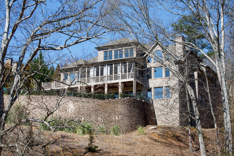 Maison de brique de Brown sur la colline en hiver photo libre de droits