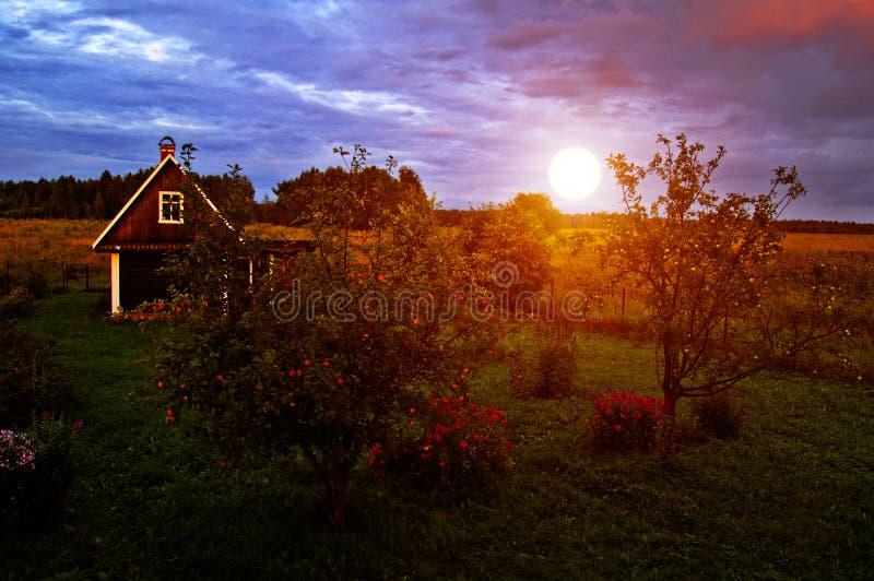 Maison de campagne au coucher du soleil image libre de droits