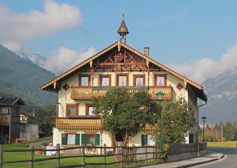 Maison de campagne autrichienne typique image stock