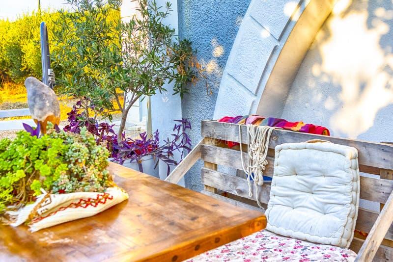 Maison de campagne confortable et confortable d'été dans le style grec photo stock