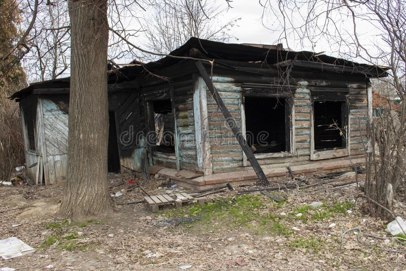 Maison de campagne en bois brûlée Résidence de pays après un feu Murs carbonisés noirs de fenêtre photographie stock libre de droits