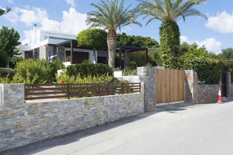 Download maison de campagne moderne avec la barrière en pierre photo stock image du architecture