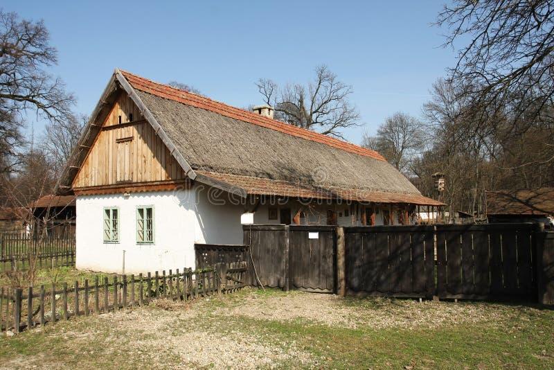 Maison de campagne traditionnelle de l'Europe de l'Est photos libres de droits
