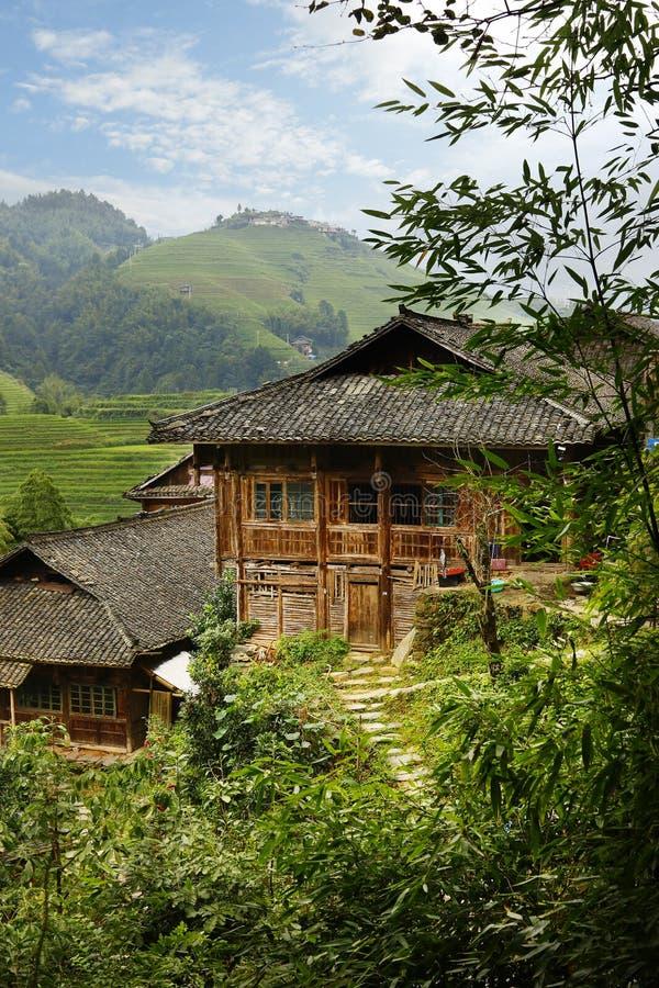 Maison de chinois traditionnel dans la terrasse classée par riz images stock