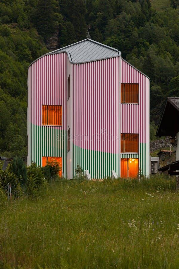 Maison de conception moderne, vue extérieure le soir photo stock