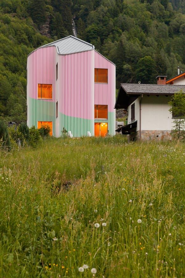 Maison de conception moderne, vue extérieure le soir photos stock