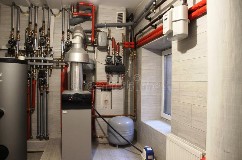 Maison de confort chaudière, chauffe-eau, cuve d'expansion et d'autres tuyaux Syst?me de chauffage ind?pendant moderne dans la ch image stock