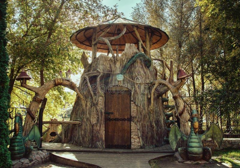 Maison de conte de fées en parc avec des dragons photographie stock libre de droits
