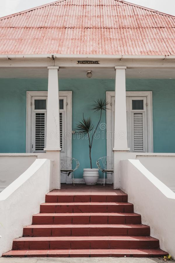 Maison de couleur lumineuse traditionnelle dans Speightstown, Barbade photos libres de droits