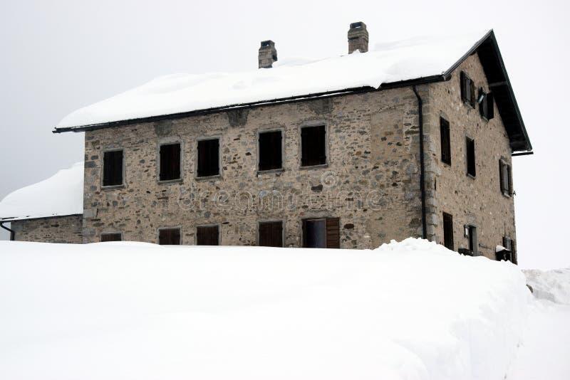 Maison de décomposition, hiver en montagnes de Dolomiti, dans Cadore, l'Italie photographie stock libre de droits